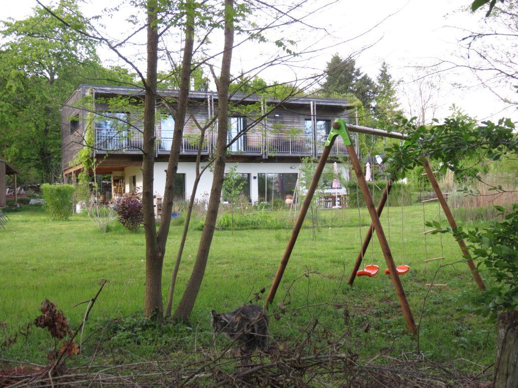 maison écologique bois jardin balançoire